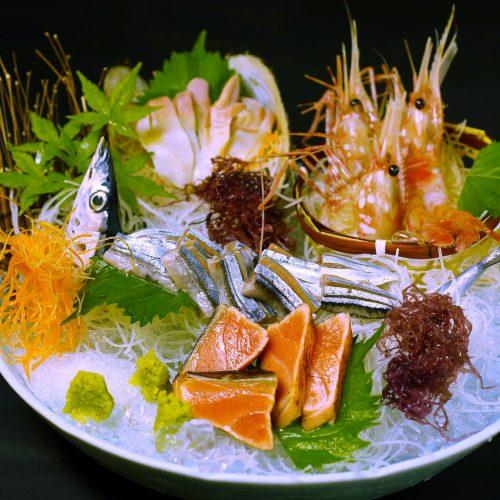 北海ごちそう満喫刺し盛り(とろ秋刀魚の姿造り、活北寄貝、牡丹海老、鮭炙り)