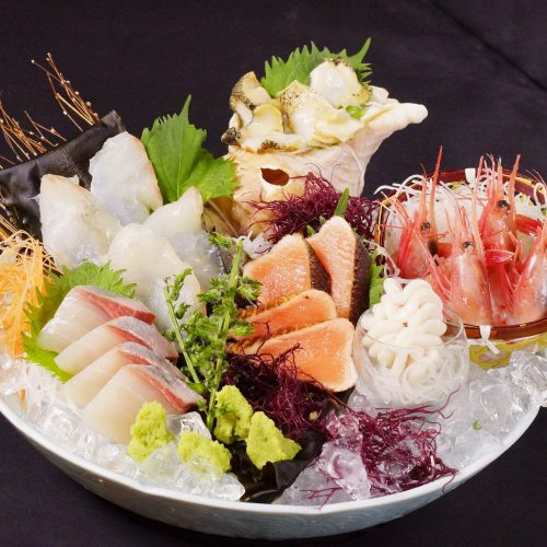 北海ごちそう満喫刺し盛り(真鱈の昆布〆、活本つぶ貝、甘海老、鮭炙り、かんぱち、真たち添え)