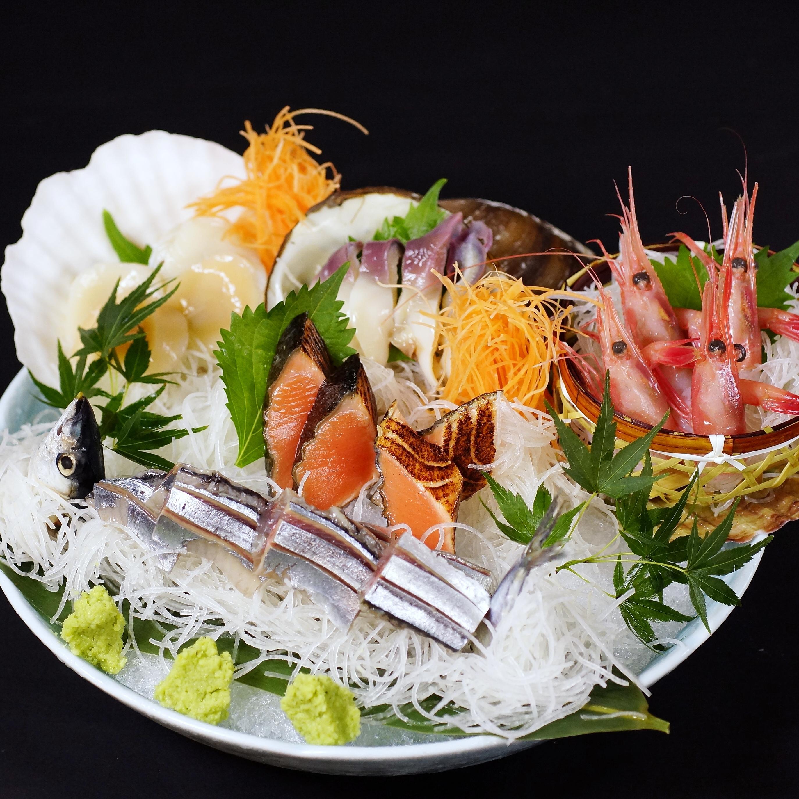 北海ごちそう満喫刺し盛り(根室のとろ秋刀魚姿造り、活北寄貝、甘海老、帆立貝、鮭炙り)