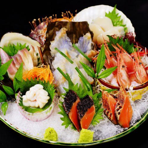 北海ごちそう満喫刺し盛り(真鱈の熟成昆布〆、活北寄貝、甘海老、帆立貝、鮭炙り)